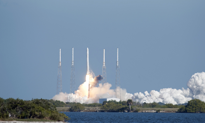 Test launch of SpaceX's Dragon shuttle