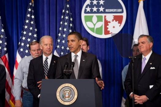 Obama_Presenting_Logos_3